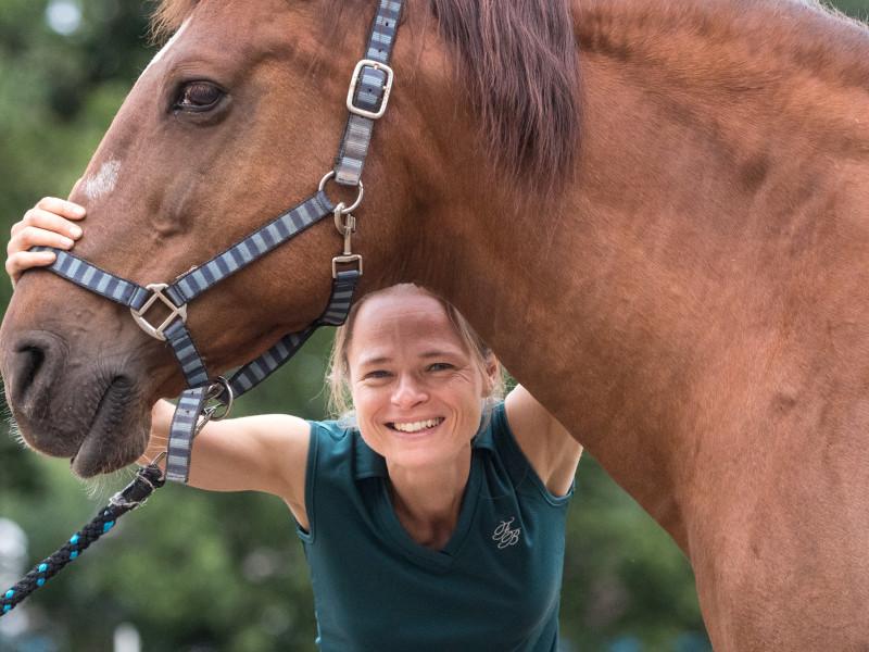 Paardenosteopaat Mariël met bruin paard