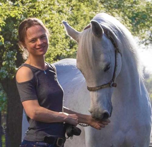 Mariël met haar Arabische volbloed merrie Raisa