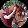 Paarden osteopaat Mariël Schrijvers aan het werk met Simba
