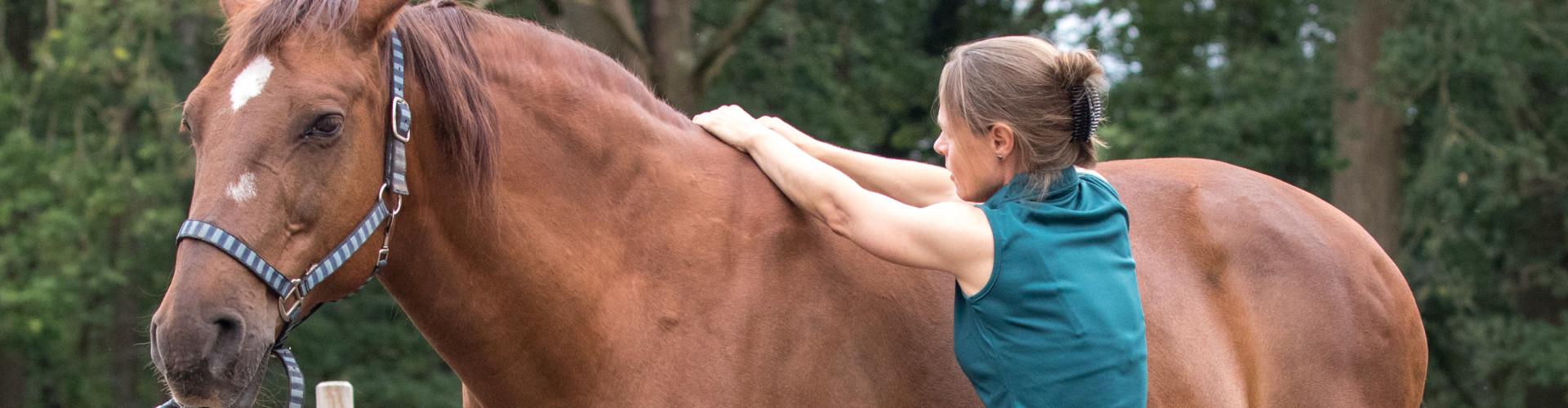 Osteopaat Mariël Schrijvers test de schoft