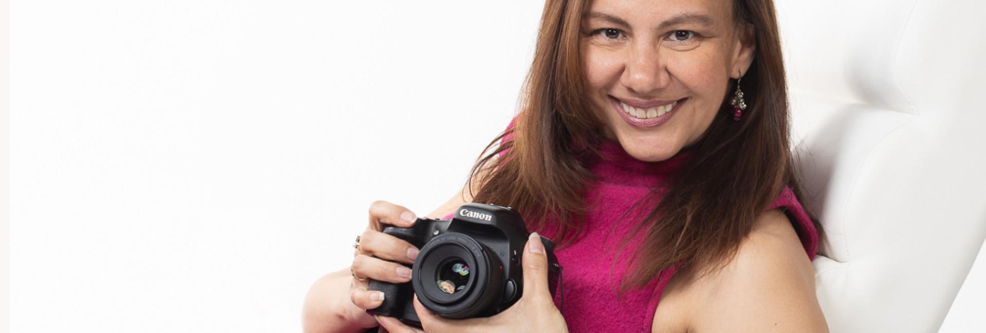 Perla Michiels met camera fotostudio long