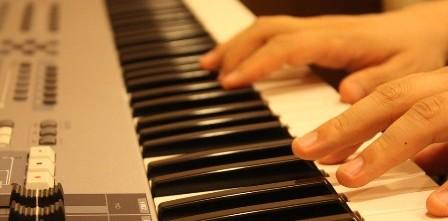 beginnend pianist op keyboard