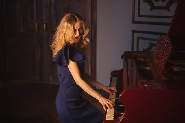 piano spelen in woonkamer