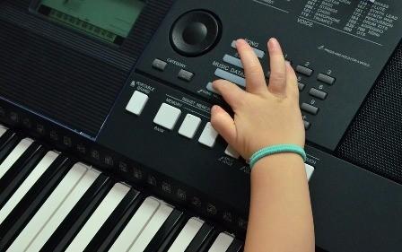 Keyboard spelen muzikaal cadeautje
