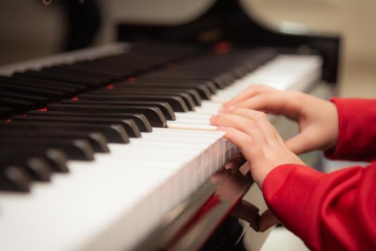 Piano spelen goed voor kinderen