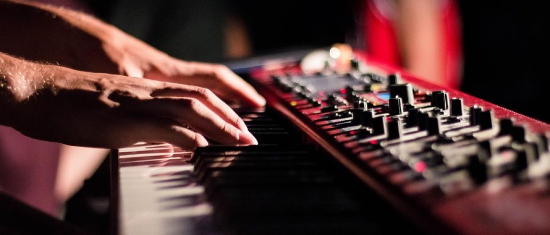 Kan je piano leren spelen op een keyboard? Wat zijn de verschillen