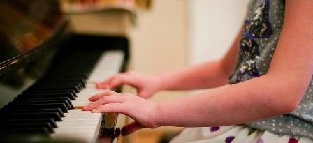 Piano spelen in de klas