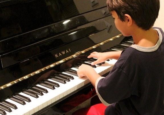 Piano spelen goed voor kind