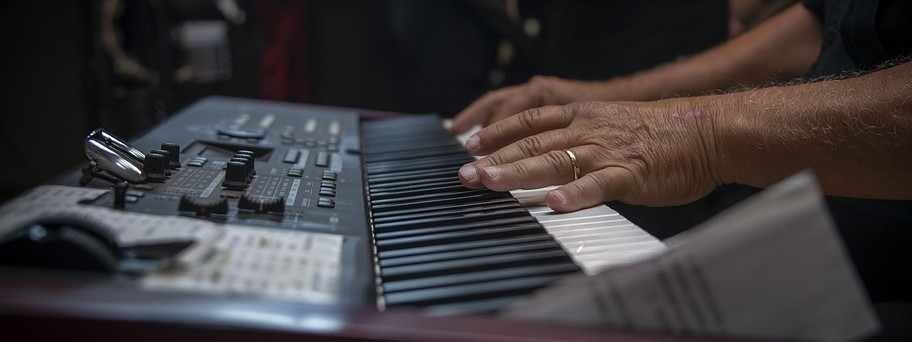 Piano spelen op keyboard