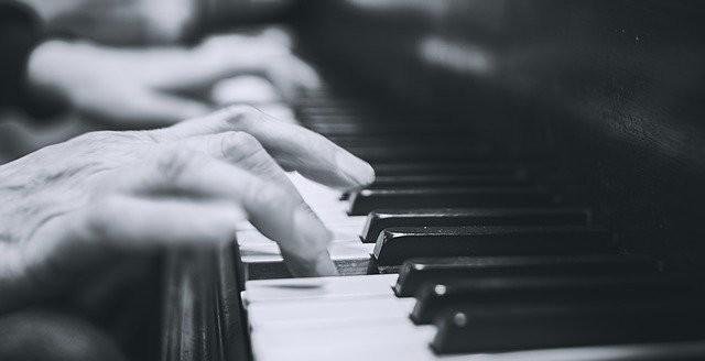 Toonladder spelen op piano
