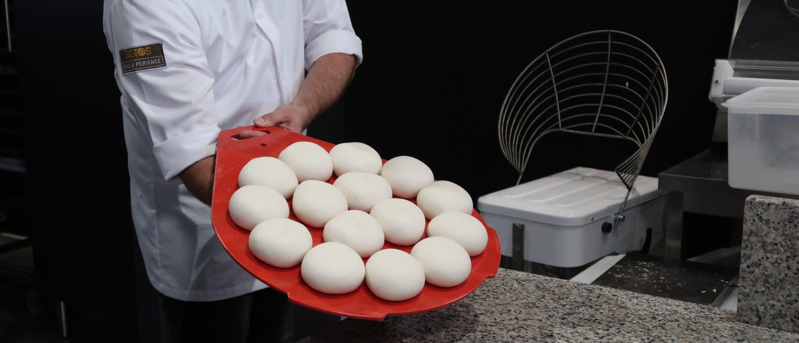 Zo maak je perfecte pizzadeegbollen in 8 seconden