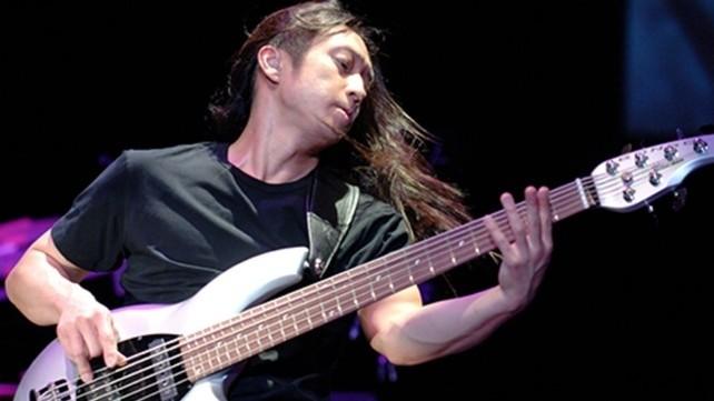 John Myung (Dream Theater) met zijn 6-snarige basgitaar