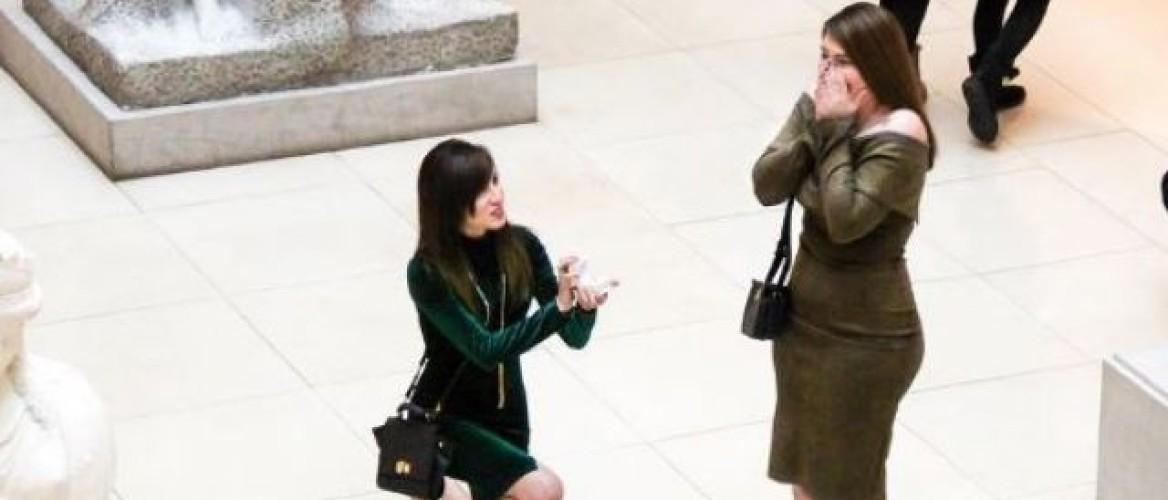 Zo romantisch: deze vrouw vraagt haar vriendin ten huwelijk in een museum!