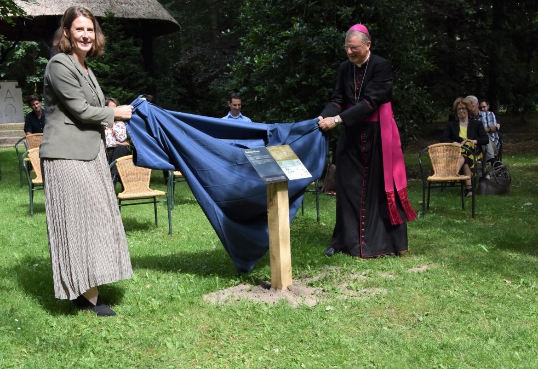 Pressart informatieborden met QR-code in Heiloo - Burgemeester Mascha ten Bruggencate en bisschop Jan Hendriks openen Godcasttour