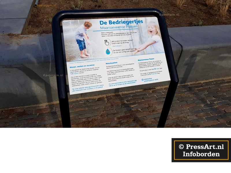 picknickbank met informatieborden voor recreatieschappen
