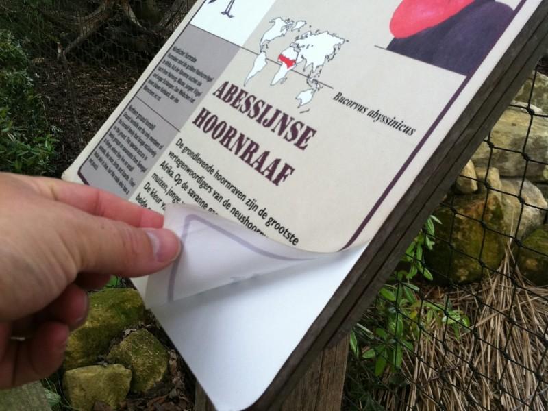 stickers komen los van het informatiebord voor buiten