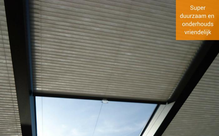 de veranda zonwering is hoogwaardig met geplisseerde stof en aluminium