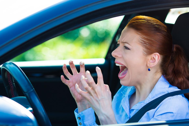 Boos, schreeuwen, irritatie, verdriet, vrouw, auto, verkeer