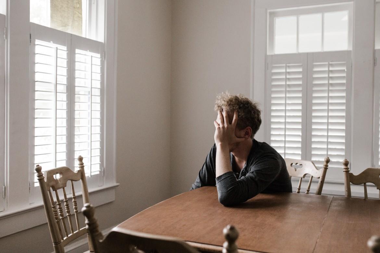 eenzaamheid, alleen, isolatie, man, verdrietig