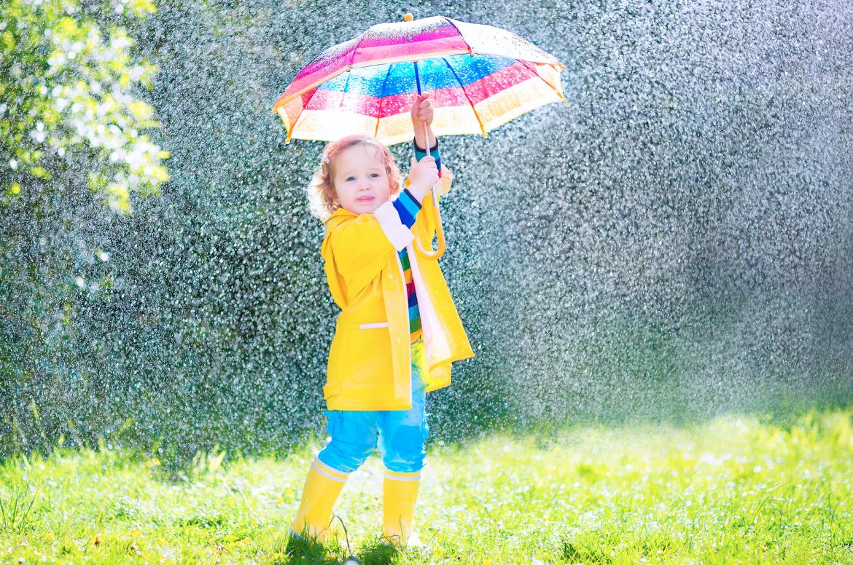 kind, spelen, gele regenjas, regen, paraplu, regenlaarzen, gele regenlaarzen, spelend kind