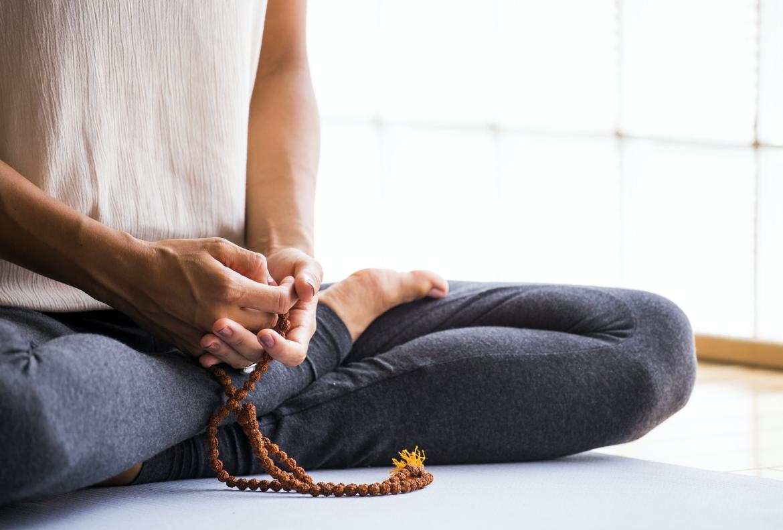 Mediteren, ontspannen, rust, kalm, bidden, zitten, kleermakerszit