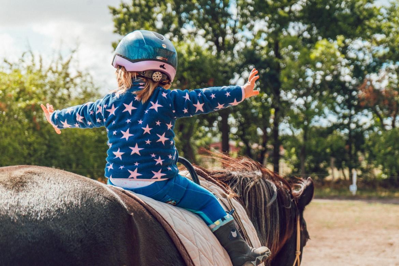 Kind, paard, helm, moedig, zelfvertrouwen, stoer