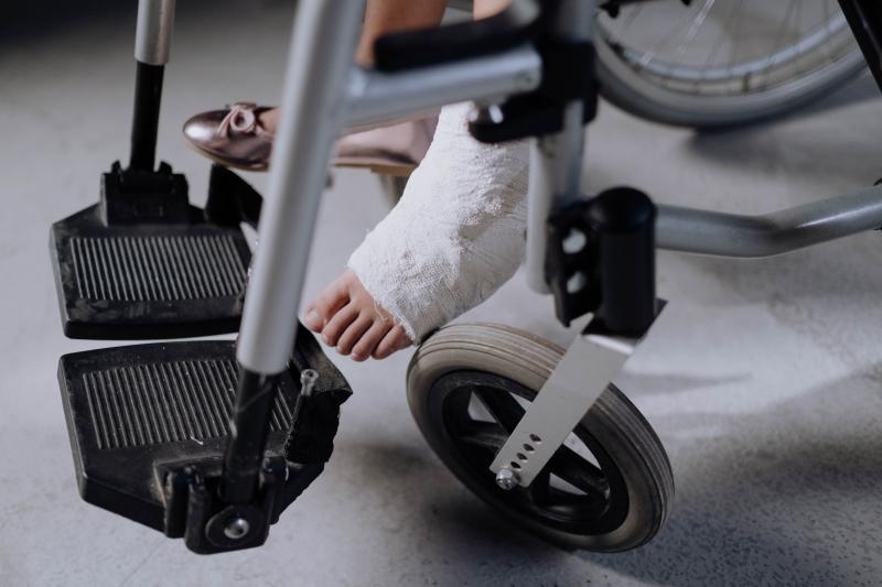 rolstoel, gips, gebroken been, invalide