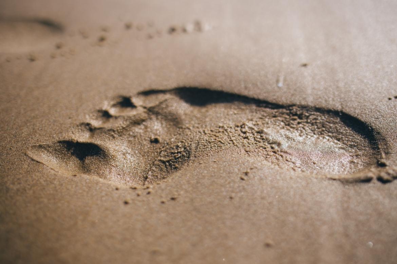voetstap, voetspoor, spoor, zand, stap, stapjes zetten
