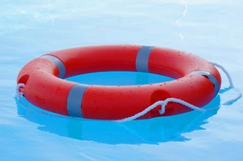 Rode boei in blauw water