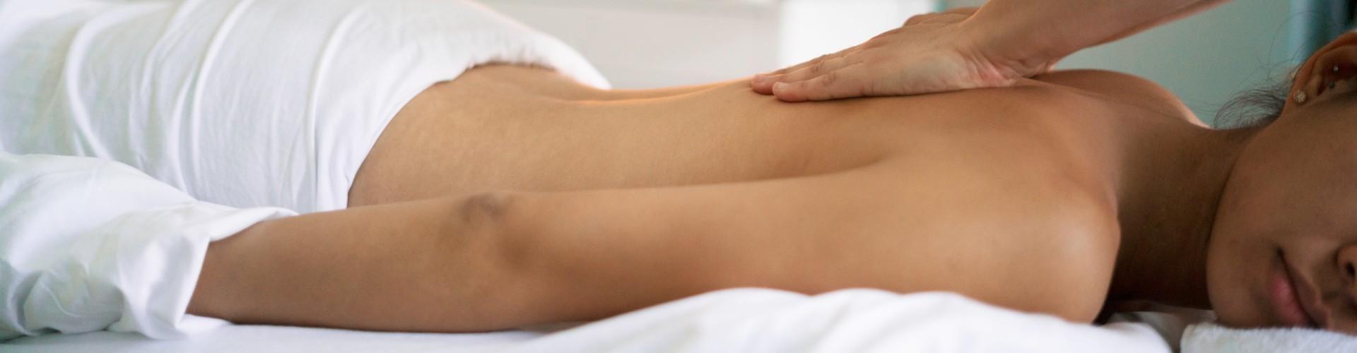 vrouw op massagetafel start