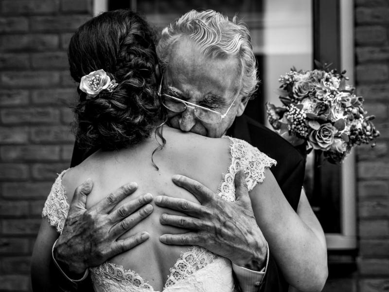 Opa op het huwelijk van zijn kleindochter