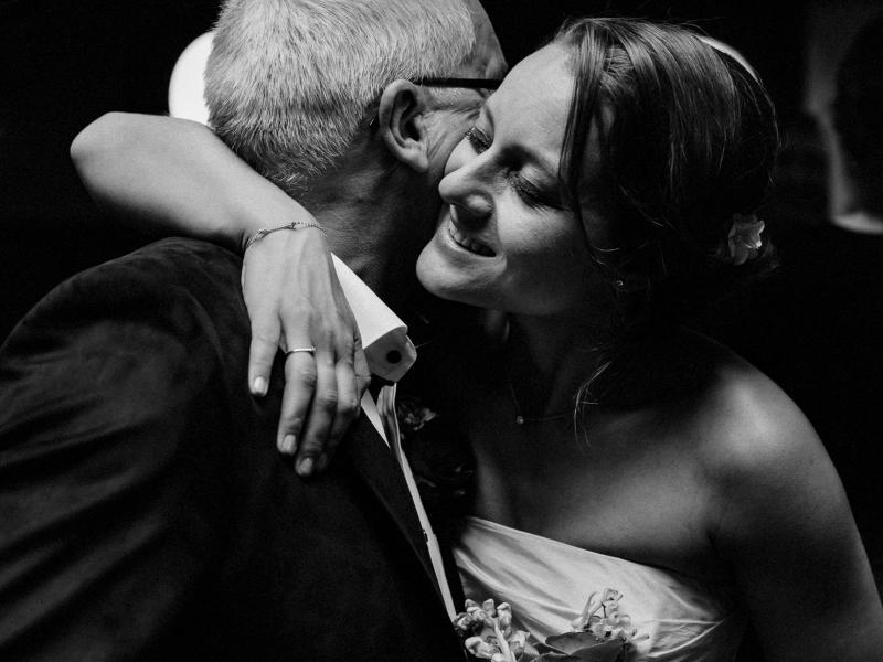 Vader dochter moment voordat de trouwceremonie begint