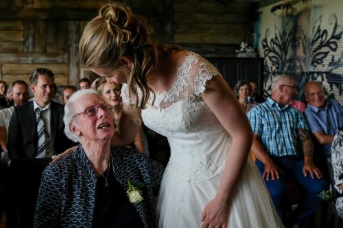 Oma op het huwelijk van haar kleindochter