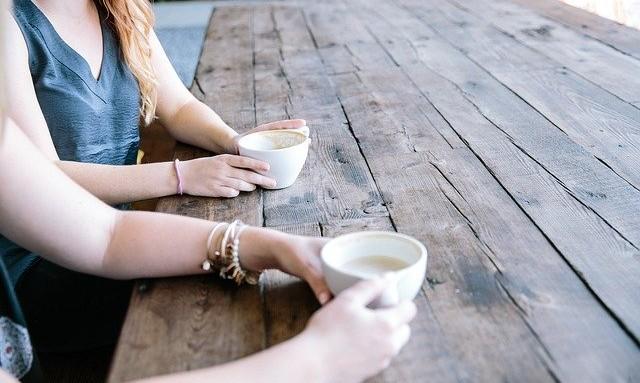 Koffie drinken met vrienden na scheiding