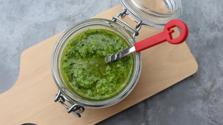 Pesto met snijbiet, radijsloof, spinazie, rucola