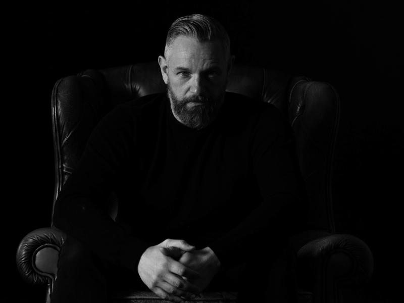 Fotoshoot zwart wit chesterfield portret