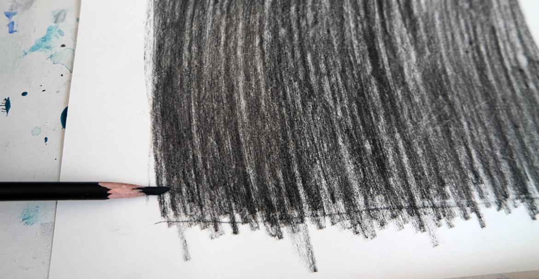 veeg de achterkant in met houtskool of potlood