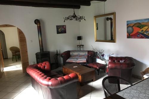 Gezellige woonkamer in villa Punda met Wifi en breedbeeld-TV met Nederlandse/Vlaamse zenders.