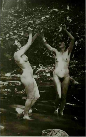 2 nudes in the fiorest