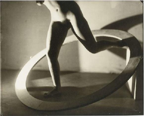 Angled limbs meeting a circle. František Drtikol