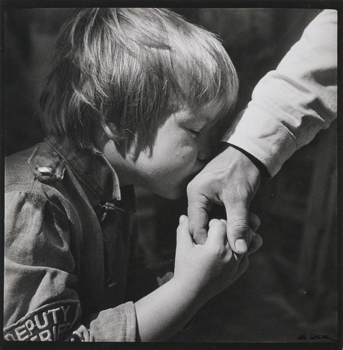 Jan Saudek child kissing hand