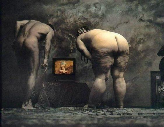 nudes watching tv saudek