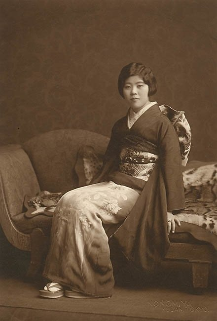 Yasuzō Nojima seated beauty