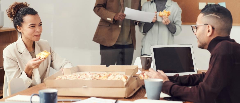 Overeten in gezelschap: waarom jij meer eet als anderen ook eten