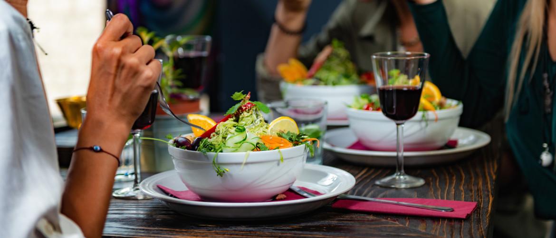 Koolhydraatarm uit eten gaan: Zo doe je dat