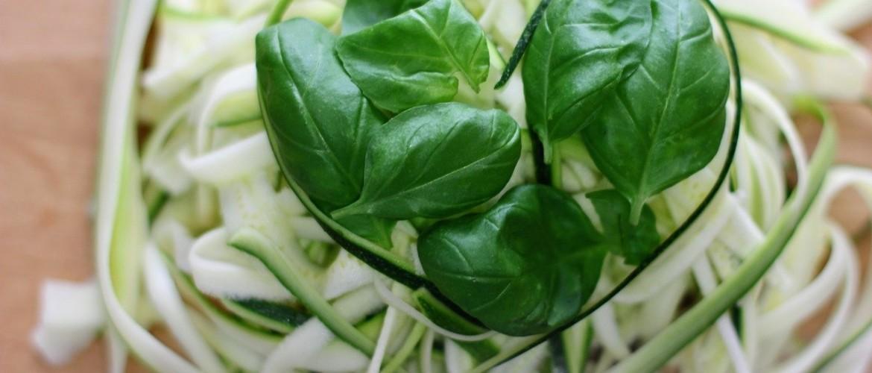 Courgette spaghetti met pesto-avocado saus