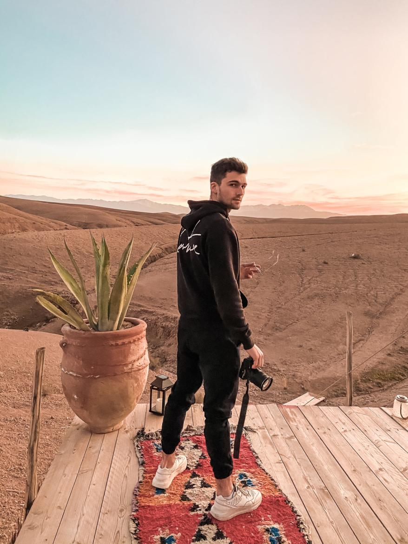 Jongen met camera in woestijn