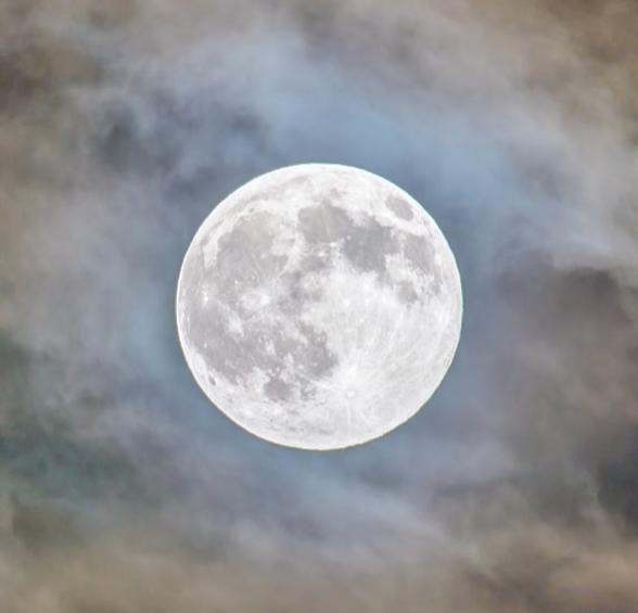 Het reinigen van kristallen bij volle maan
