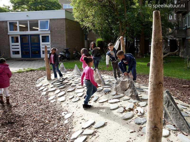 klimmen op groen schoolpleinen