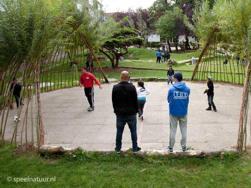 sporten op groen schoolplein